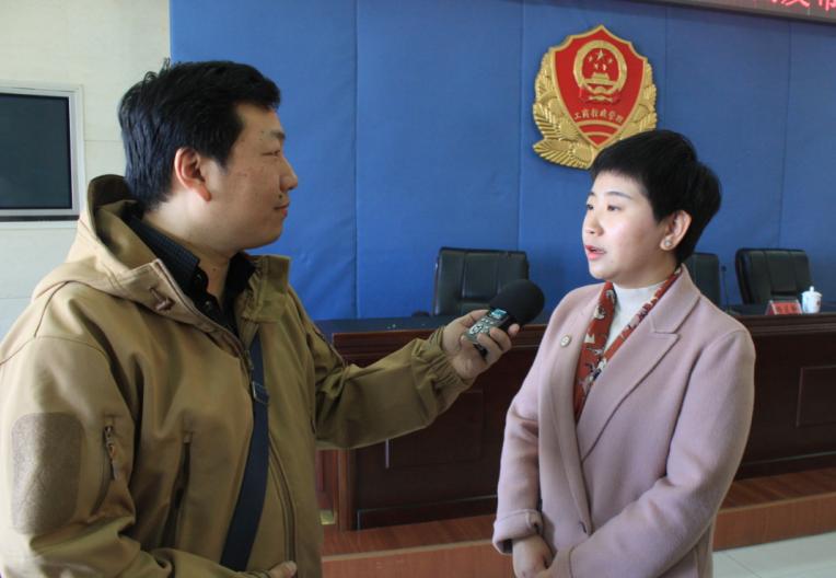 图为张蕊律师接受媒体采访